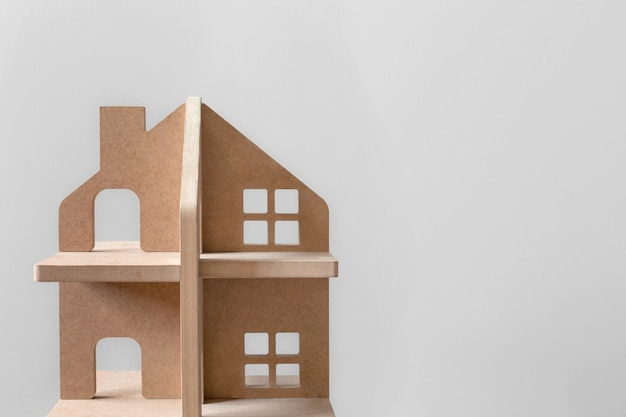 明るい背景に木製のミニチュアの家のクローズアップ