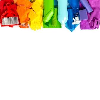 クリーニング製品と白で隔離される虹色のツールセット
