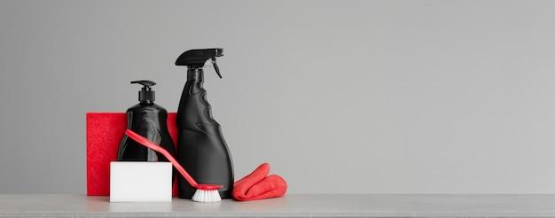 赤と黒の道具と台所を掃除するための道具のセット。中立的な背景。コピースペース。