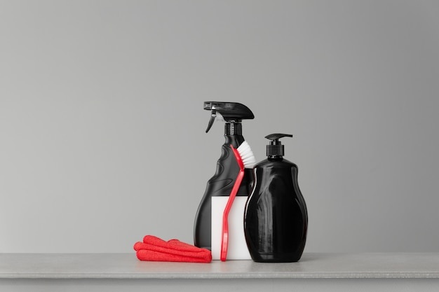 赤と黒の道具と台所を掃除するための道具のセット。