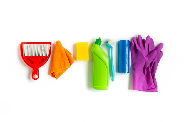 家の中で明るい春の大掃除のための色とりどりのキット。