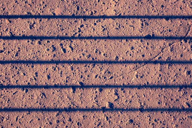 バーからの影で損傷したアスファルトの床。トーン