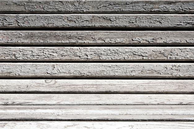 ひびの入った塗料で木製のベンチ。