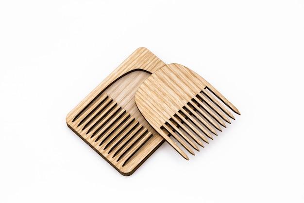 カバー付きの木製の髪の櫛。