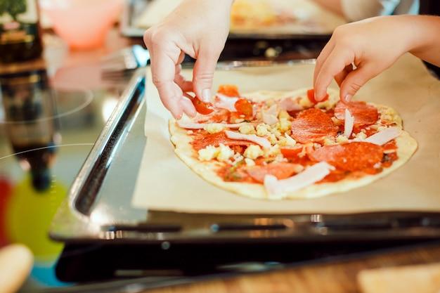 自家製ピザとおろしチーズを振りかけます。