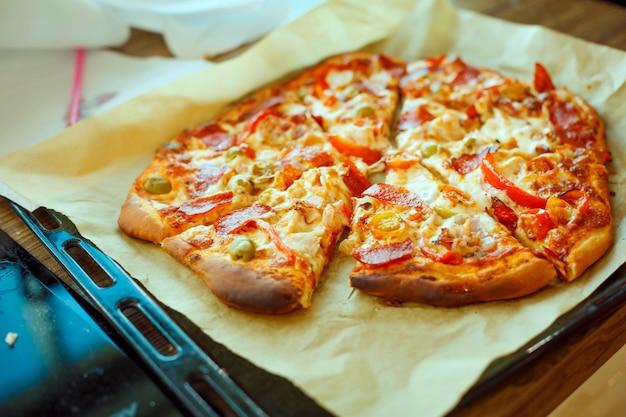 ベーキングシート上の自家製ピザのベーキングシート