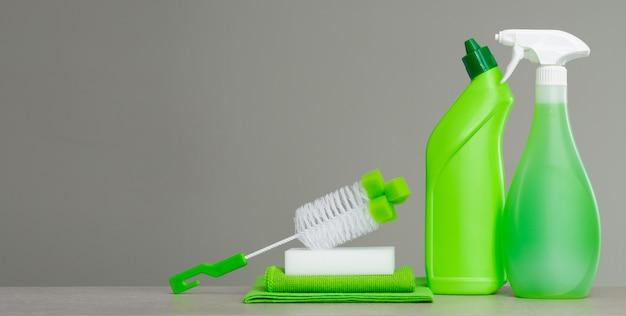 春の大掃除のための洗浄剤と道具のグリーンセット。