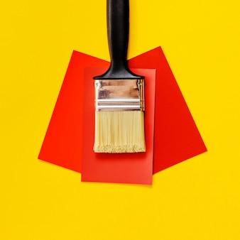 Чистая кисть и карточки образцов красного цвета. закройте