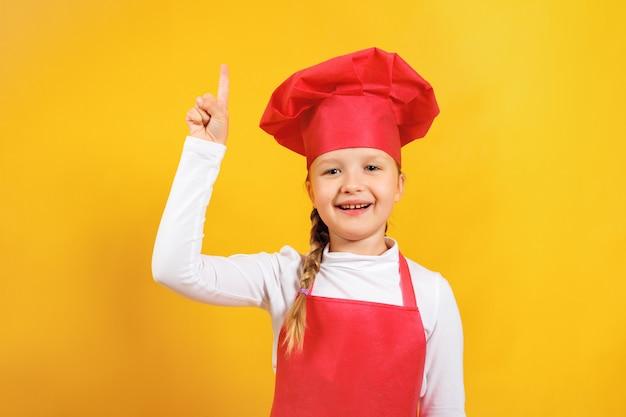 Ребенок в костюме шеф-повара направлен вверх.