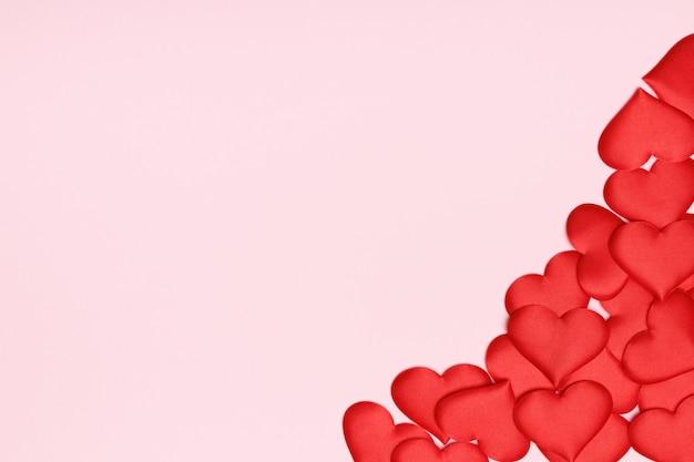 赤いハートのバレンタインの日ピンクの背景。
