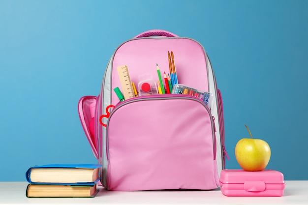 文房具オブジェクトとピンクのバックパック