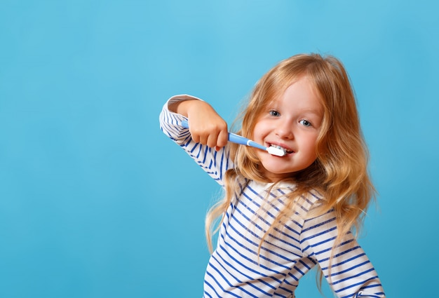 彼女の歯を磨くの小さな女の子。