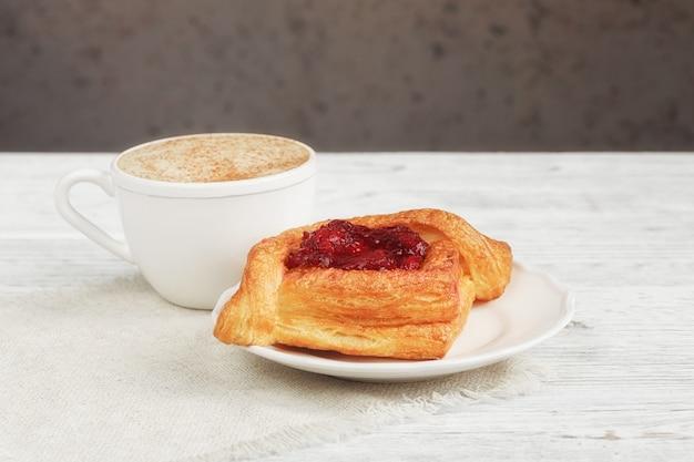 Фруктовый десерт и кофе на белом деревянном столе