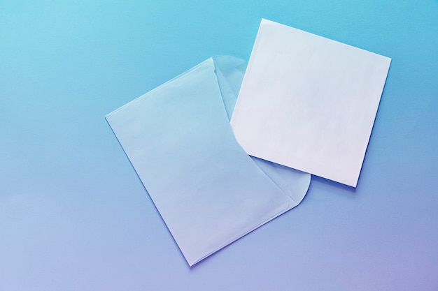 封筒と白いシートのランディングページ。背景青紫グラデーション。