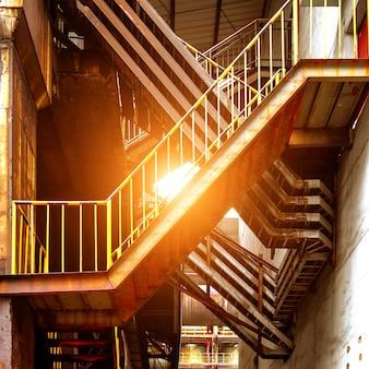 大工場の金属製階段