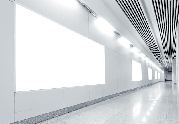 地下鉄駅のブランクの看板