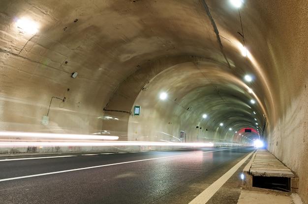 トンネルと車