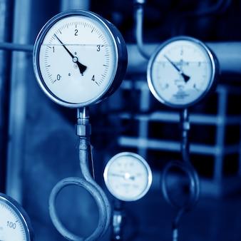 圧力計とバルブ