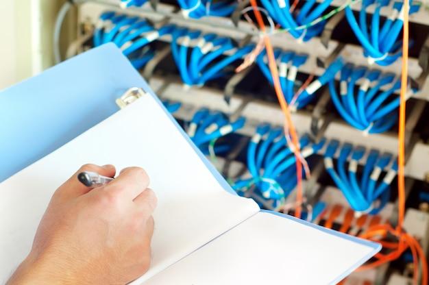 データセンターサーバーと光ファイバーケーブル