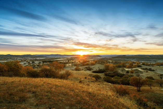 早朝の草原と山々