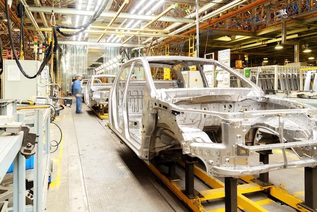 労働者は自動車を生産している