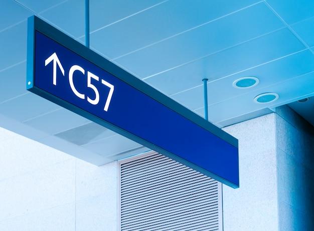 Ворота знак в аэропорту