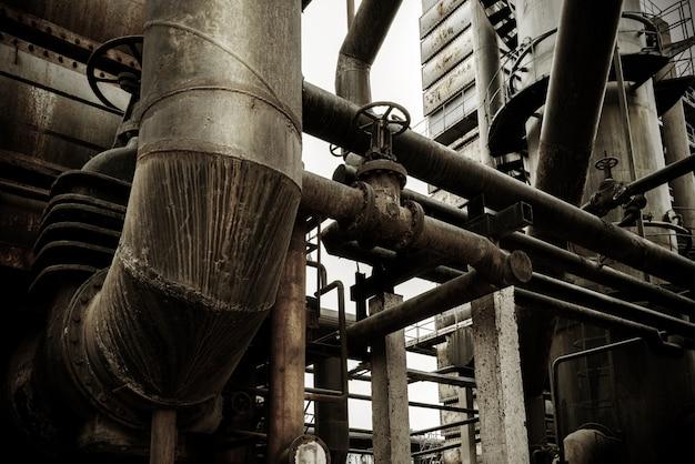 廃工場と蒸気パイプライン