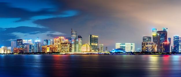 海からの近代的な都市のスカイライン