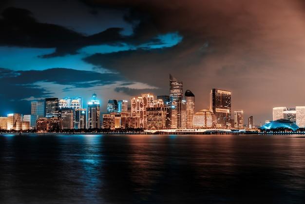 Горизонт современного города от моря