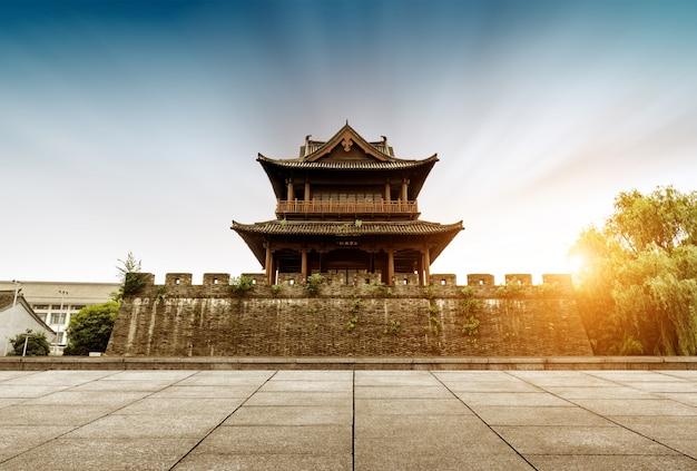 夕日を望む古代の城壁