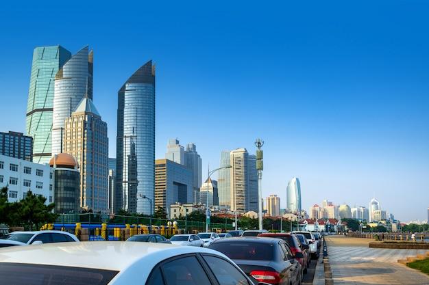 車でいっぱいの高層ビルと道路