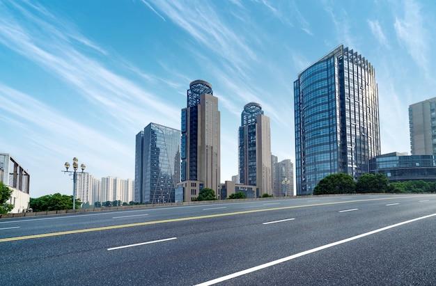 Современные здания и шоссе