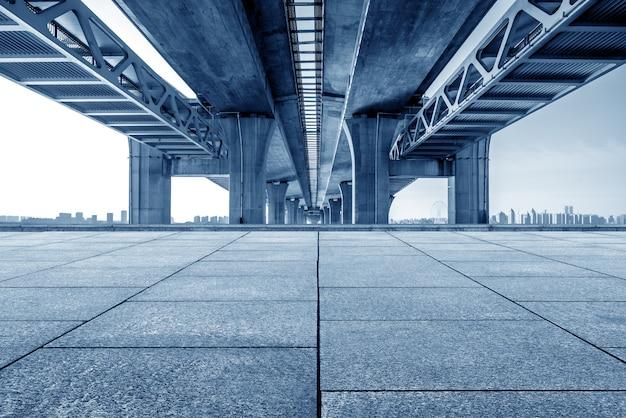 近代的な橋と川