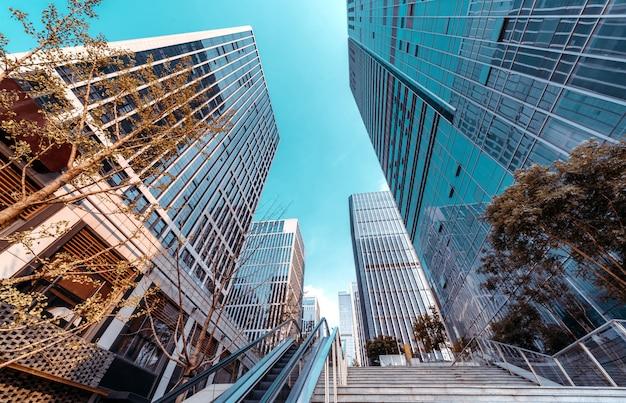 金融街の高層ビルとエスカレーター、済南、中国。