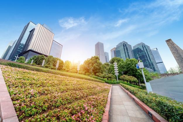 中国の重慶金融地区の植物の展望と近代的な高層ビル。