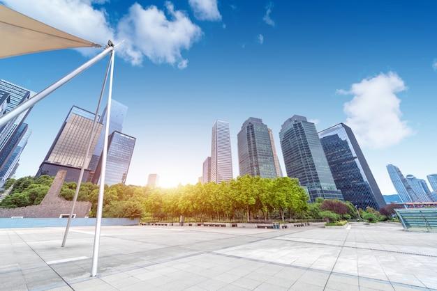 プラザと高層ビル、重慶、中国の街並み