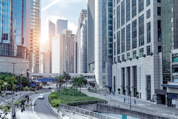 高層ビルや道路、香港の街の眺め。