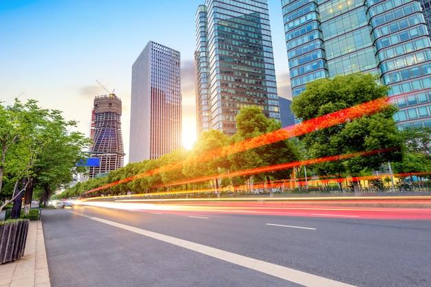 高速道路と近代的な高層ビル、杭州、中国