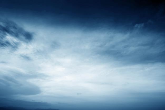 空と暗い雲