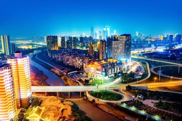 Современный городской виадук ночью