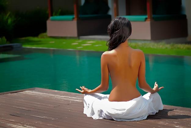 若い女性は瞑想します