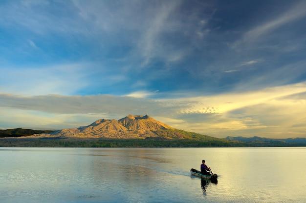 日の出のカヌーを漕ぐ