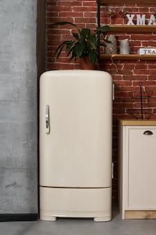 ビンテージキッチンのレトロなスタイルの白い冷蔵庫