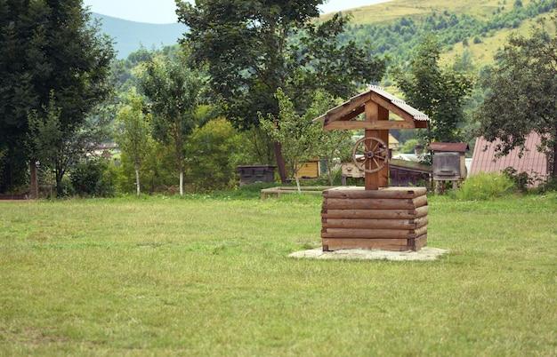 Деревянный традиционный колодец в горах
