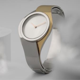 モダンなデザインのシルバーとゴールドの手時計白い背景の正面図