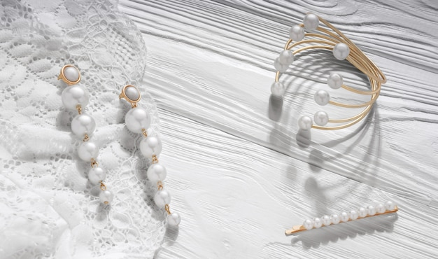 パールゴールデンイヤリングと白い木のブレスレット