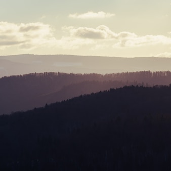 Закат на туманных горах. горы горизонты на красивый закат.