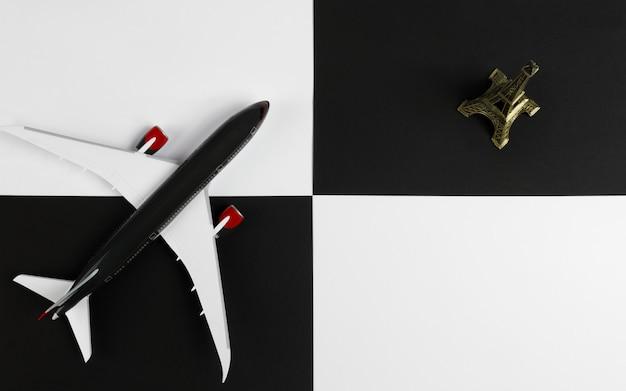 飛行機とエッフェル塔のクローズアップ