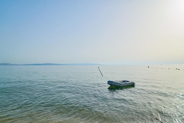 Лодка плывет над морской водой