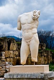 腕や頭部のない男性の彫刻